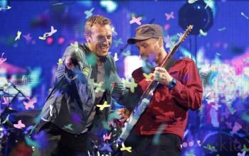 Imagen de Chris MArtin en concierto junto al guitarrista de Coldplay.