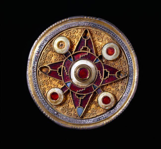 broche-de-wingham-575-625-inglaterra-plata-dorada-granates-vidrio-azul-concha-c-the-trustees-of-the-british-museum-201