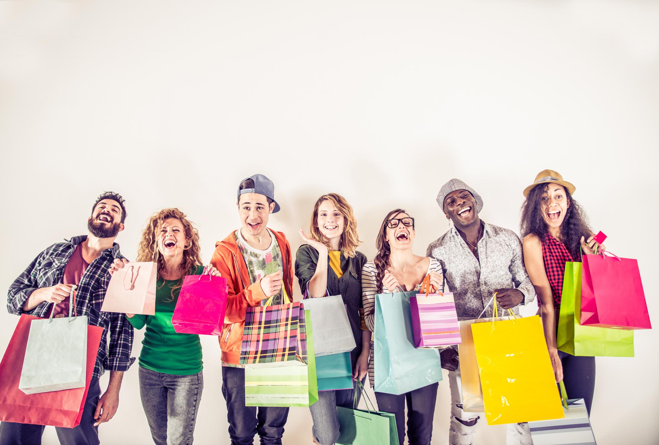 Los jóvenes cambian los regalos a sus seres queridos